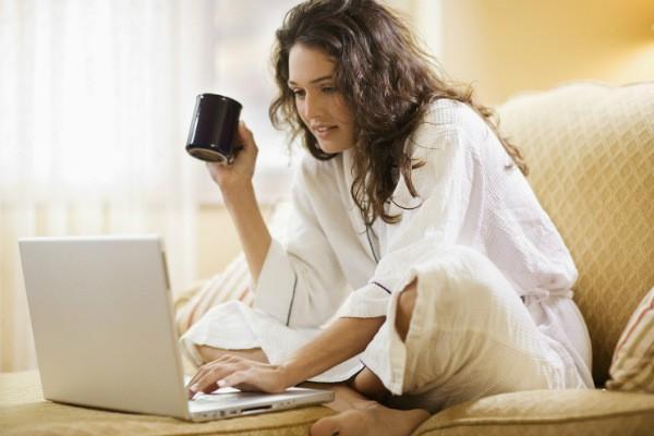 девушка с кофе за ноутбуком