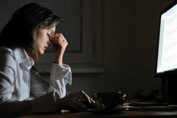 уставшая женщина ночью за работой