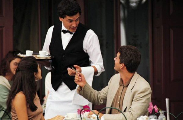 клиент отдает деньги официанту