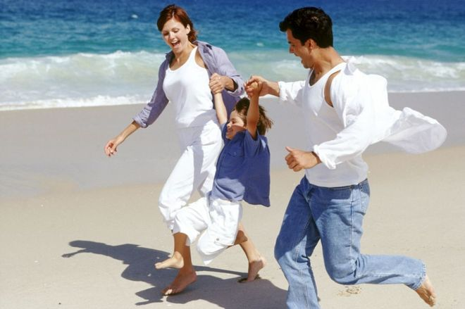 Счастливые родители и ребенок