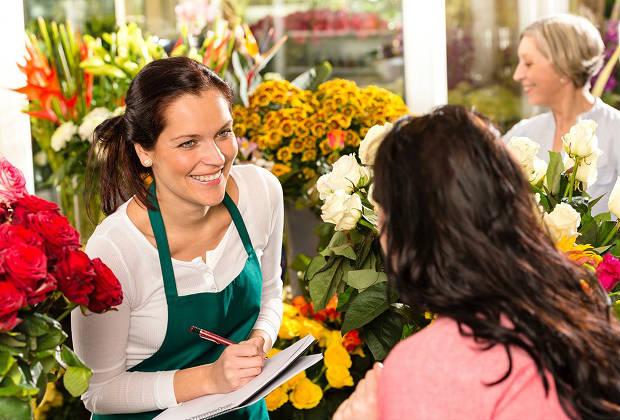 Продавец в цветочном магазине