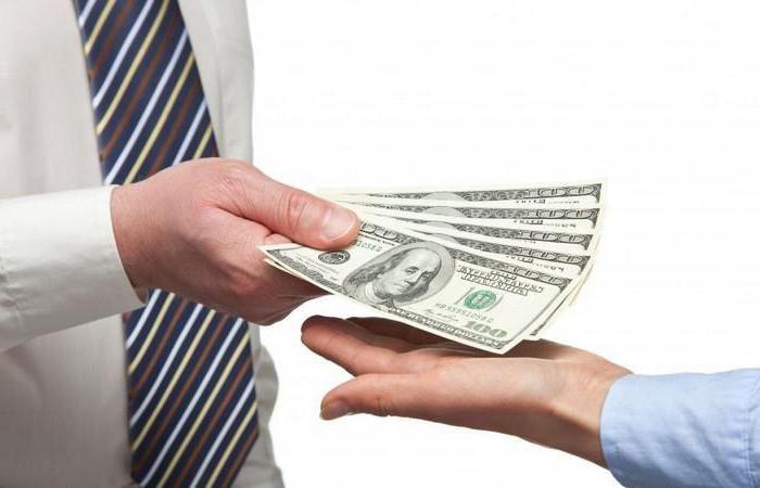 Какой рукой давать деньги в долг