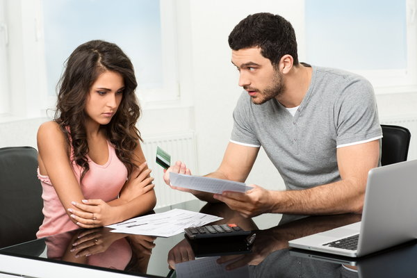 Мужчина и женщина спорят