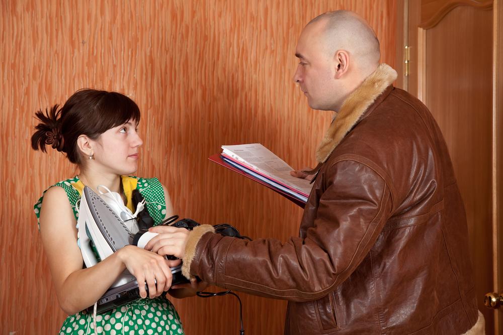 Коллектор ведет беседу с должником
