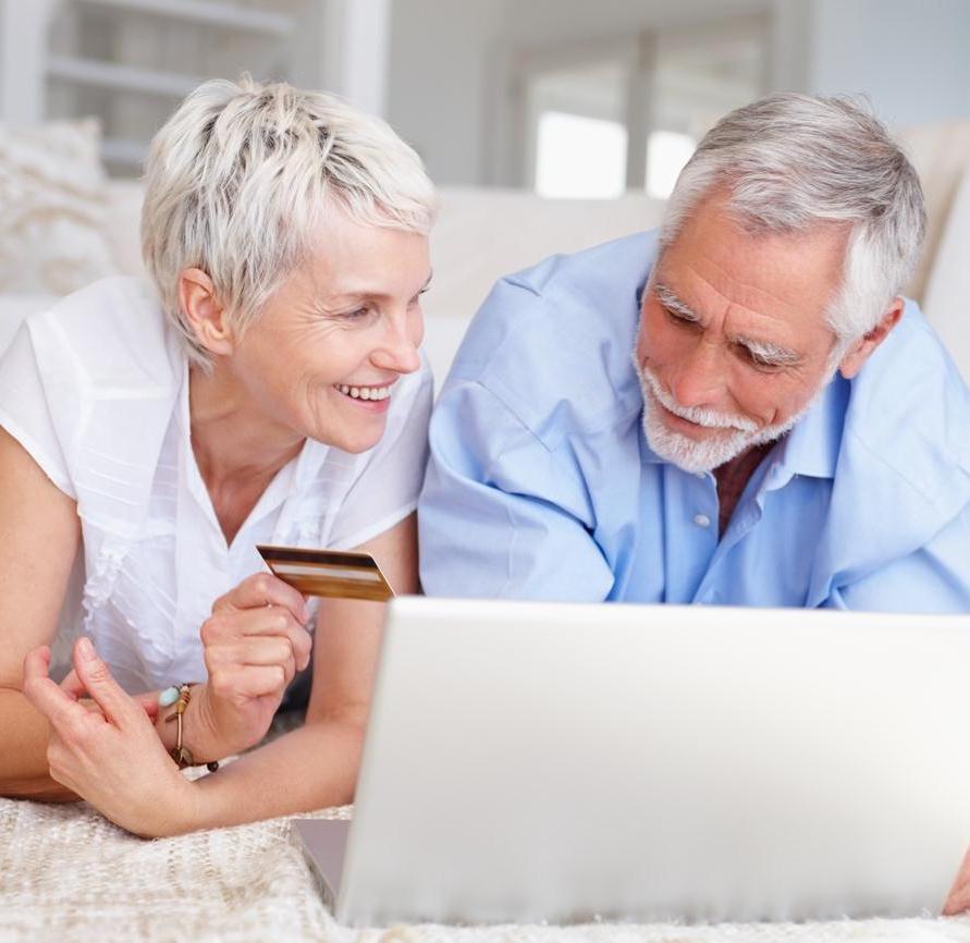 Пенсионеры с ноутбуком