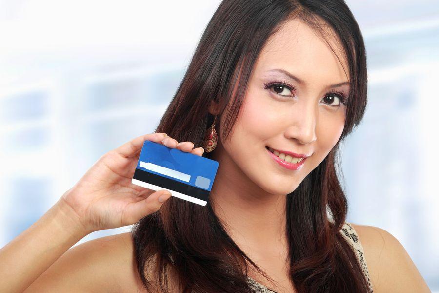 Девушка с пластиковой картой