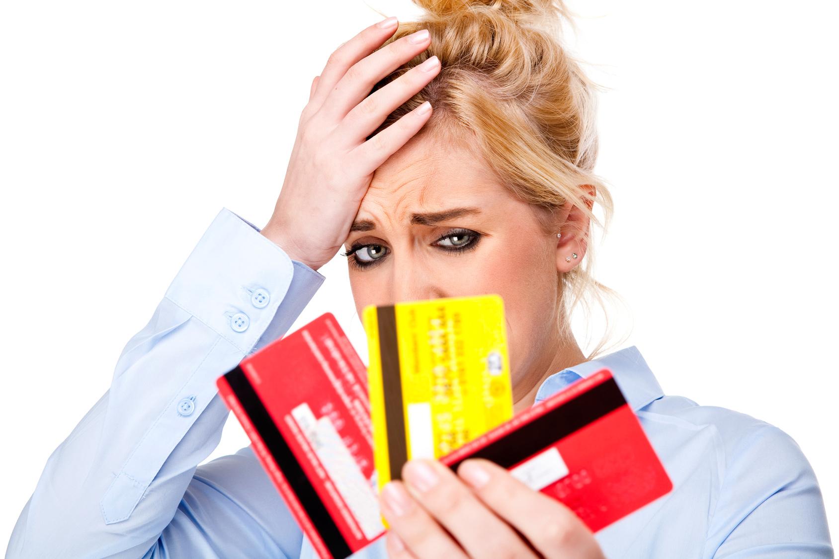 Девушка держит кредитки