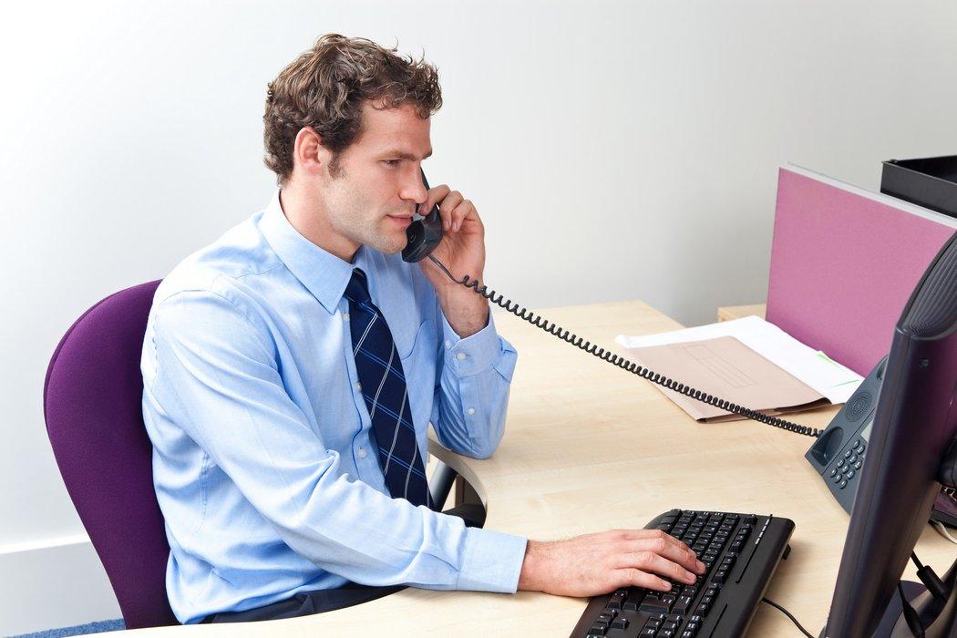 Мужчина звонит по телефону