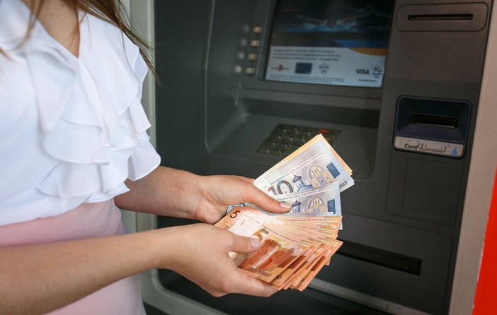 За обналичивание средств в банкомате снимается комиссия