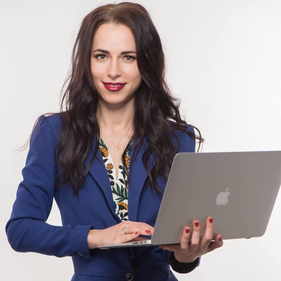 Девушка оформляет займ онлайн