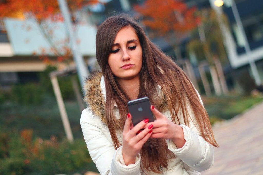 Женщина читает СМС