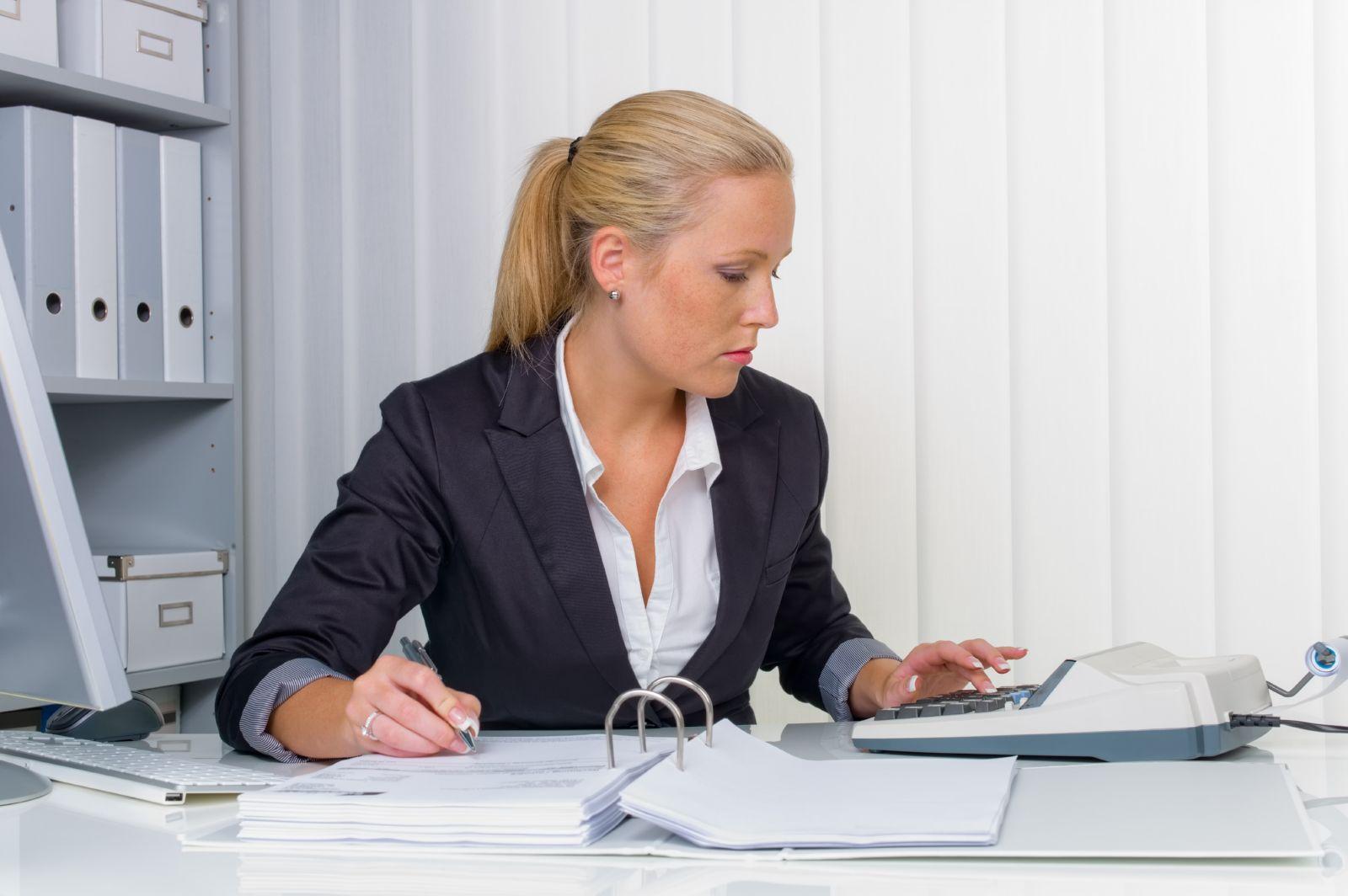 Женщина пишет распоряжение