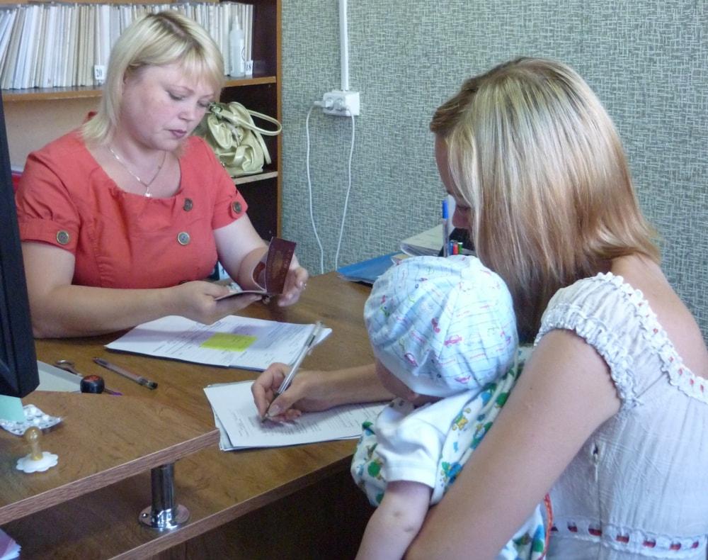 Женщина с маленькой дочкой в отделе кадров