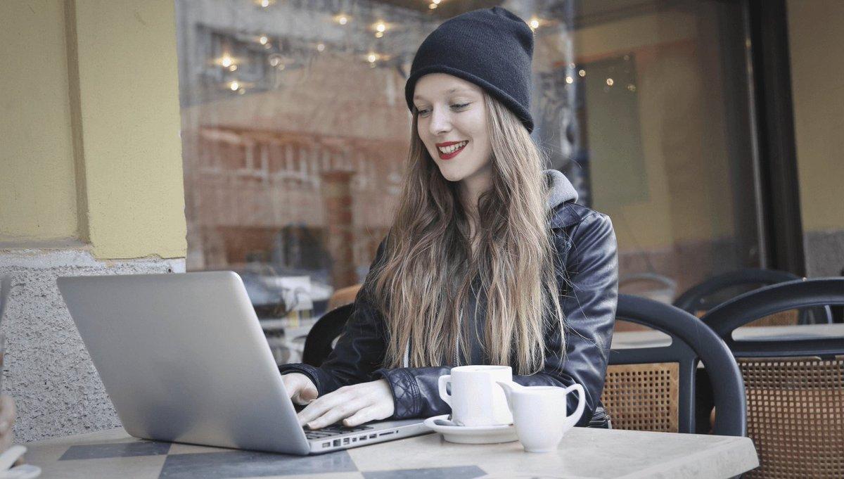 Девушка в кафе за ноутбуком