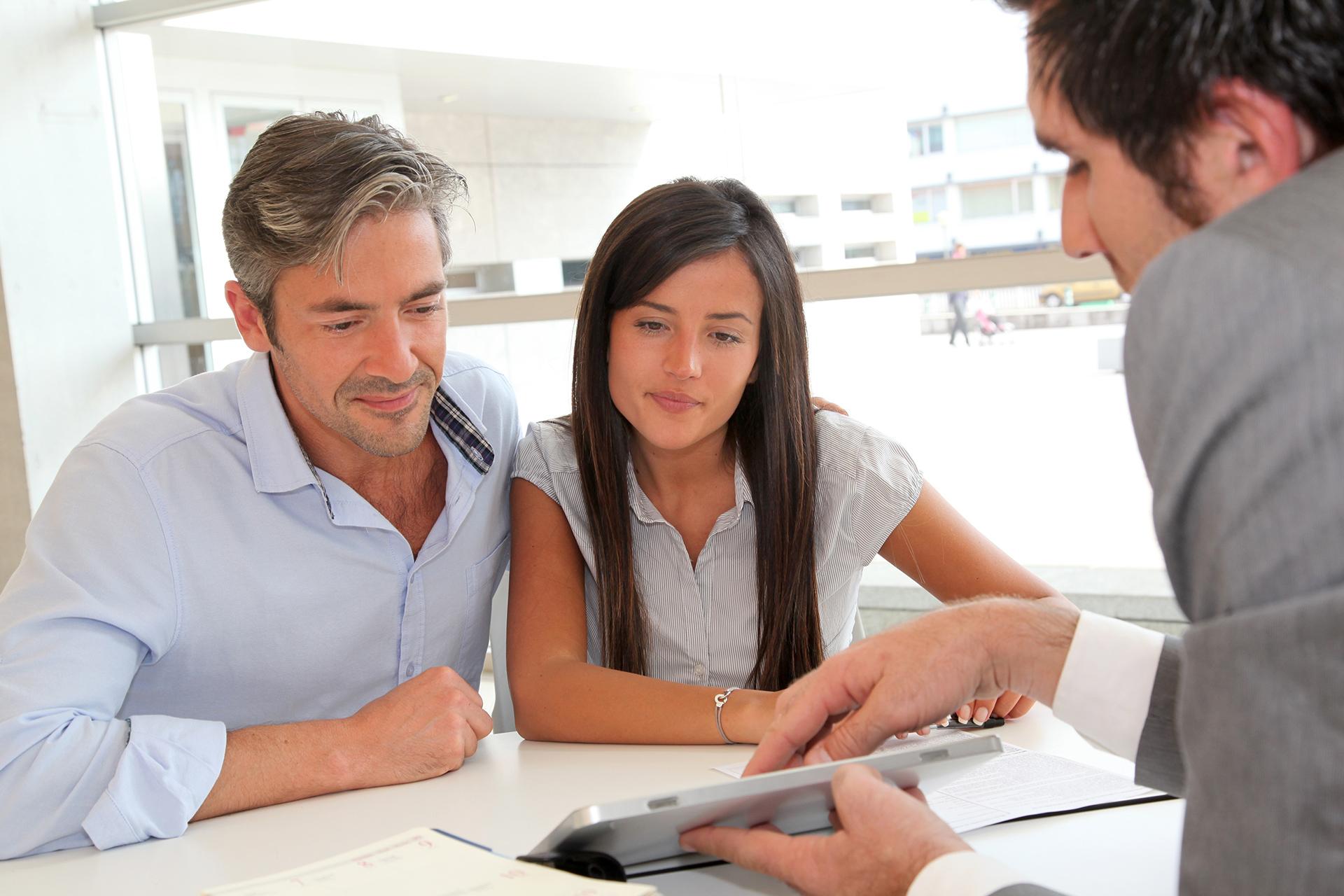 Семейная пара консультируется у специалиста