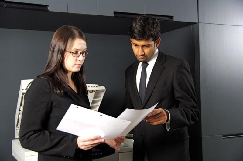 Мужчина и женщина смотрят документы