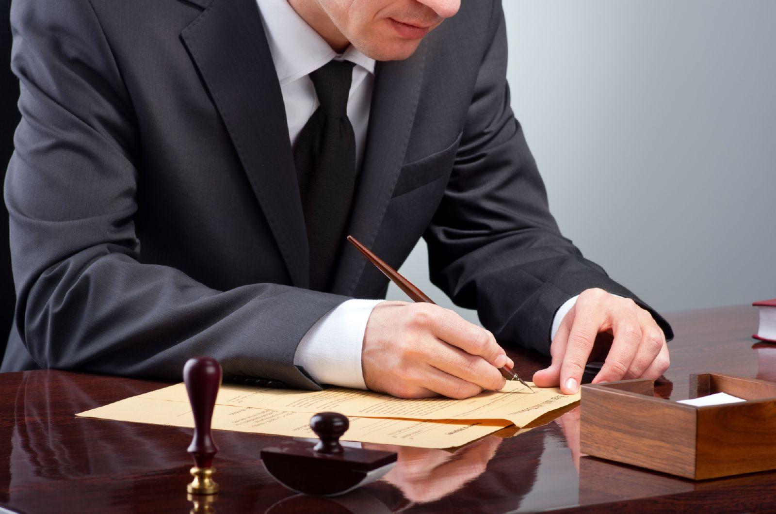 Мужчина с ручкой