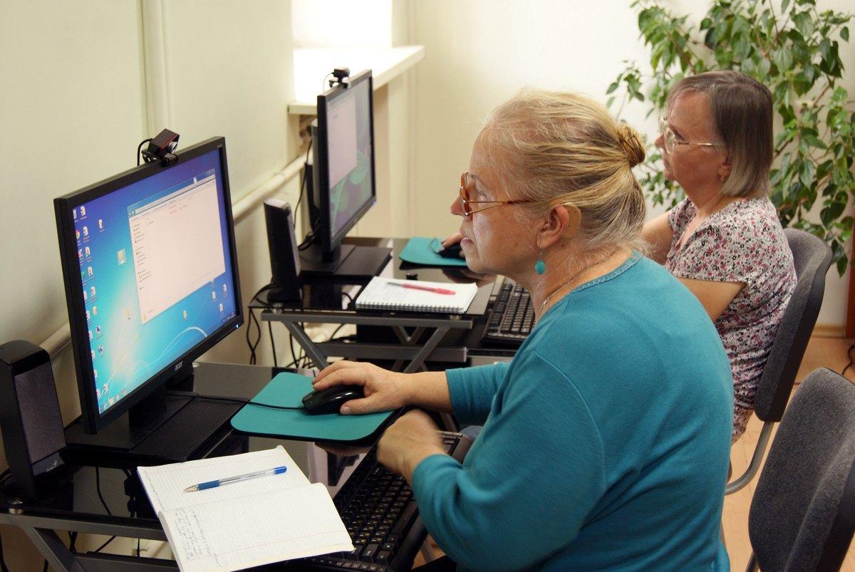 Пожилые люди на работе