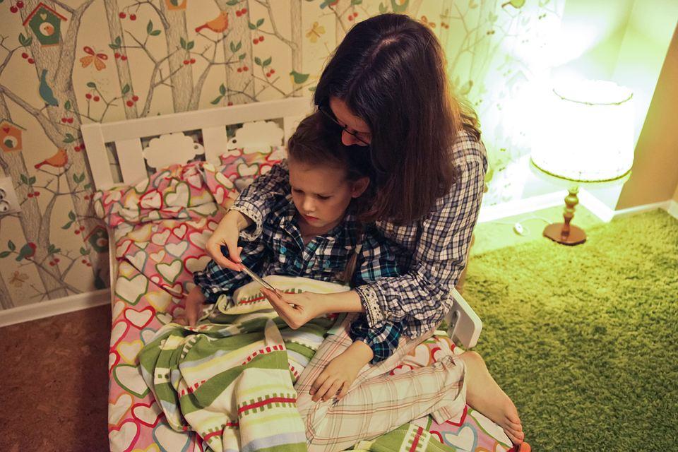 Женщина на больничном по уходу за ребенком