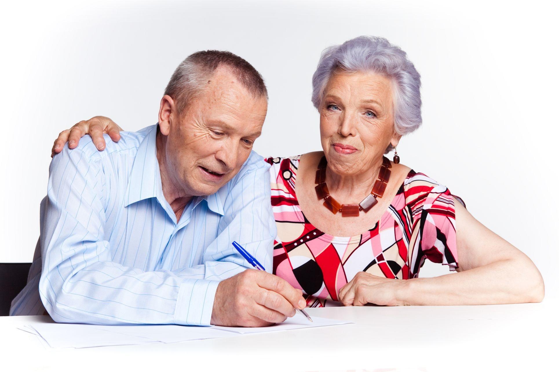Пожилые люди пишут заявление