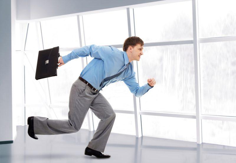 Бежит из офиса