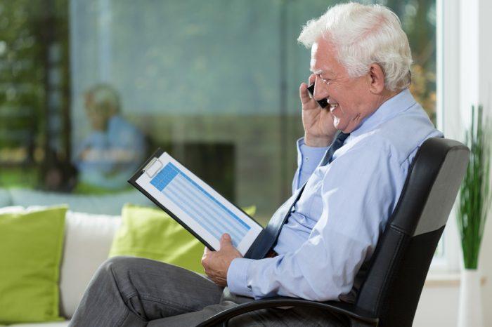 Работающий пожилой человек