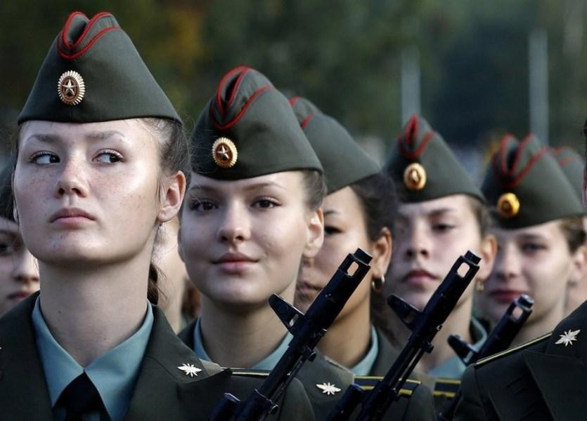 Девушки военные